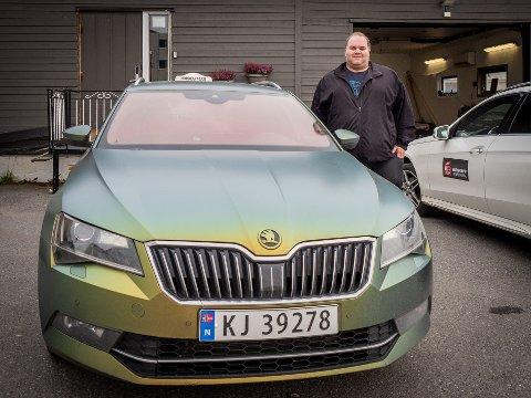 BYTTER TIL EL: Det blir fortsatt Skoda på Daniel Backholm Andersen i Honningsvåg, men den nye drosjen blir helelektrisk og grå!