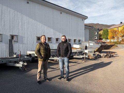 NYTT BYGG: Kirkeverge Reidar Johansen (t.v) og teknisk sjef Lennart Karlsen, mener de har funnet løsningen på problemene med bårehus i Honningsvåg.