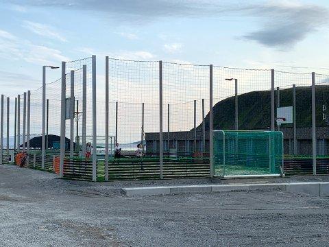 Ballbingen er tatt i bruk av ivrige barn og den er en populær møteplass i Nordvågen allerede.