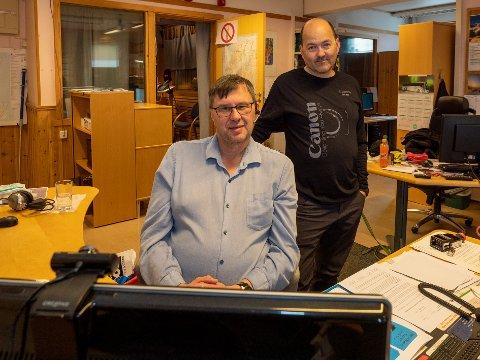 MISTET ALT: Raymond Elde og Kjell-Bendik Pedersen i Radio Nordkapp, kan bare se på tomme skjermer etter at radiostasjonens datasystemer er blitt hacket.