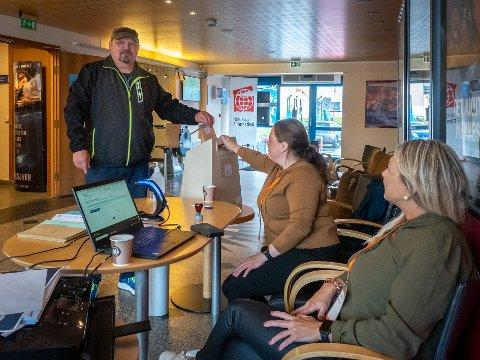 POPULÆRT: Per Magne Olsen er en av de mange som allerede har avgitt sin stemme til stortingsvalget. Marina Gaare og Anette Johansen har tatt imot mange av stemmesedlene.