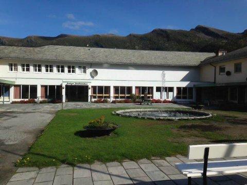 FONTENE: Til høgre i bilete ser du fontena ved samfunnshuset i Svelgen.