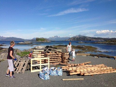 Også på Sørstrand var det dugnadsarbeid måndag. Det vert rydda og bygd jonsokbål.