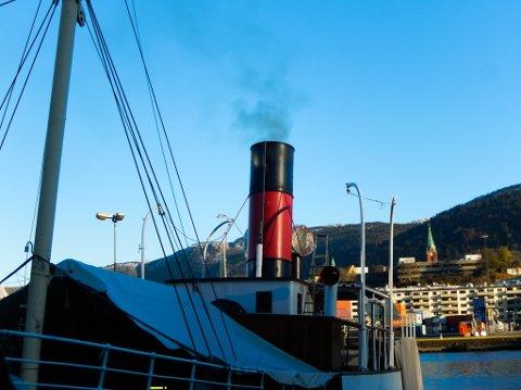 Røyken stod opp frå skorsteinen måndag då dei fyrte opp kjelen på Stavenes for første gong på 62 år.