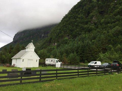 Kyrkja på Hunskår ved stien til Hornelen.