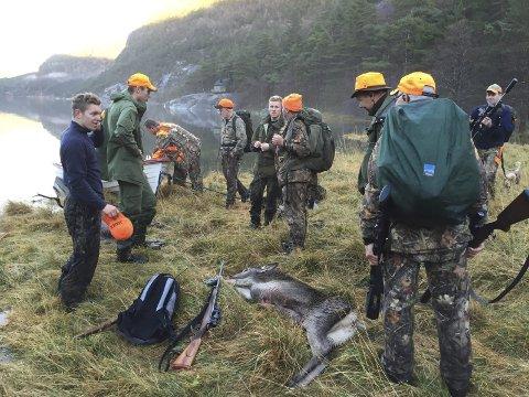 Har du lyst å bli ein god jaktleiar og få gjengen i skogen til å trekkje i lag? I så fall sponsar Bremanger kommune kurs på deg i starten av april. Her  frå hjortejakt på Indrehus i 2015.