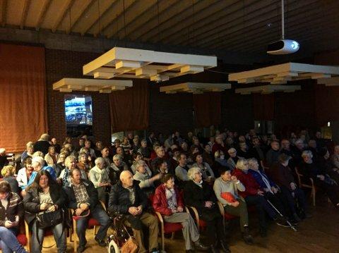 Flora Historielag viste torsdag kveld gamle filmar frå 1960-talet i forbindelse med filmfestivalen «FIFFEN». Det kom så mange folk at det måtte settast ut rad etter rad med nye stolar.