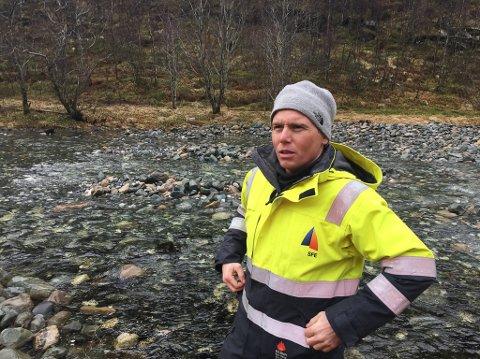 Miljørådgjevar i SFE Vegar Fagerli viser ein del av elva der dei har lagt ut sokalla «kålhodestein» i klynger, for å lage gøymeplassar for fisken. Bortne-elva.