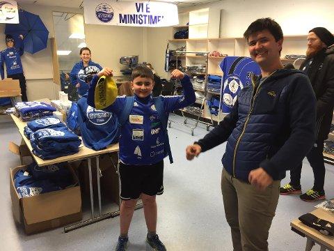 Jon-Christian Grønnevik var den første til å sikre seg ny drakt i supportershoppen. Han slo pappa Jonny med eitt sekund.