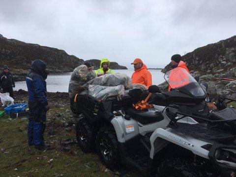 Geir Reksten stilte med ATV og køyrde lass etter lass til containeren på kaia i Selvåg.