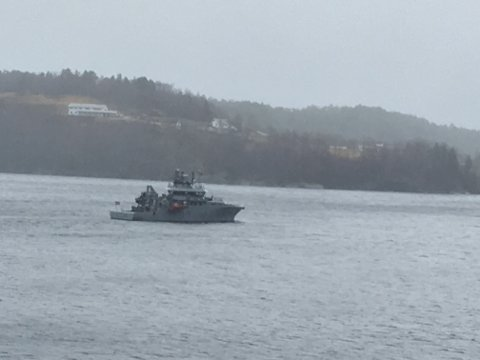 Kystvakta leitar etter ein mann ein reknar med er omkomen i Høydalsfjorden.