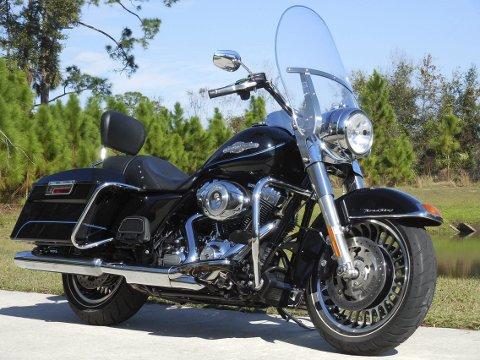 HARLEY: På Jim's Dealership i Orlando står denne Harley Davidson Road Kingen og ventar på Henrik. Foto: Privat