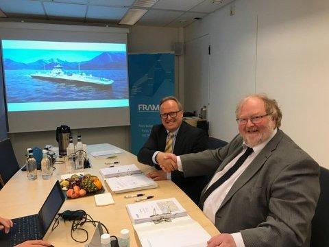 Dagfinn Neteland, administrerande direktør i Fjord1 AS, og Gudmund Lode, juridisk sjef i Møre og Romsdal fylkeskommune, signerte i førre veke kontrakt på drift av dei to største ferjesambanda på Sunnmøre.