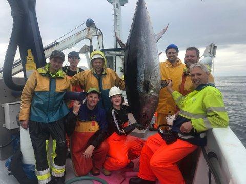 """Her ser vi mannskapet på """"Bluefin"""" med ei av størjene vel om bord. Dei fekk 29 no i første omgang."""