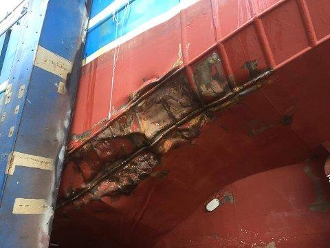 Her ser vi skader i skroget på fiskebåten.
