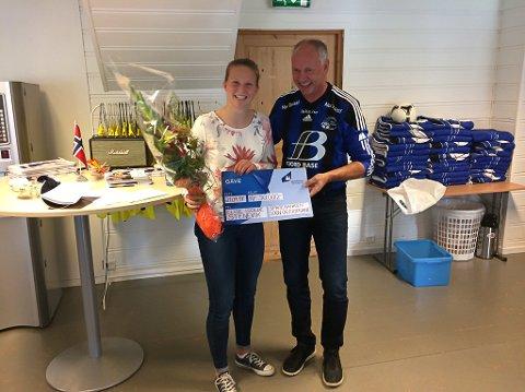 Elise Isolde Stenevik fekk Sparebankstiftinga sitt furorestipend på 50.000 kroner. Her får ho sjekken av den gamle FSK-kjempa Tore Reksten i forkant av heimekampen mot Ranheim søndag.
