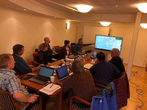 Tom Joensen informerer formannskapet om prosjektet i Breivika i Svelgen.