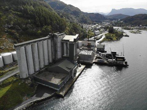 TROLLEBØ: Også ved Pelagia Måløy Sildoljefabrikk på fastlandssida av Ulvesundet skal det ein investere millionar det neste året. Ein ny fabrikk skal stå klar til sommaren. Foto: Sindre Blålid Kvalheim