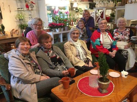 KOSESTUND: Pensjonistdamene og pleiarane kosa seg med kaffi og sjokolade i eit julepynta Farmen.