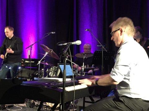 Arne Sunnarvik er på plass bak klaviaturet.