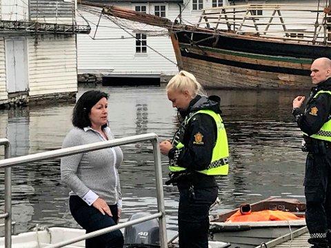 HELTEN: Merete Hamre Ahlberg berga truleg eit menneskeliv ved Amfi-senteret onsdag føremiddag. Her gir ho ein rapport til politiet på staden.