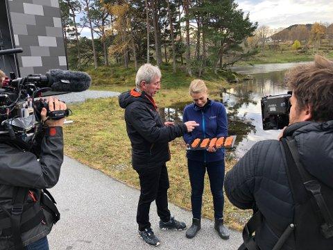 PÅ RØYKERIET: Arne Brimi og filmcrewet besøkte Gro Sveen på Svanøy røykeri, og sikra seg laks.