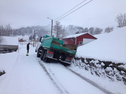 Brøytebilen køyrde ut av vegen ved Varpe.