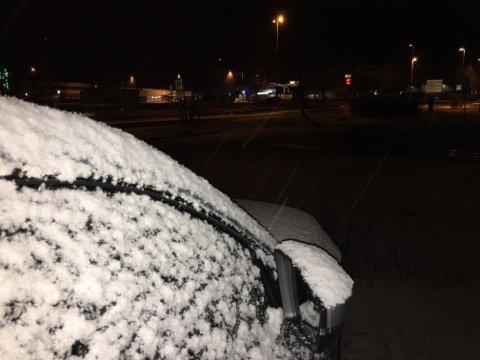Dette synet vakna florøværingane til tysdag morgon. Snø heilt i fjøresteinane når det nærmar seg 1. april, er ikkje normalen.