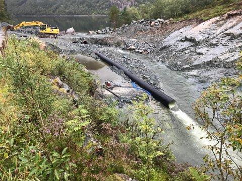 Arbeid med vassinntak for Steinvik Fiskefarm i Risevatnet- SFE er konsesjonseigar for Risevatnet og det er debatt om kven som skal ordne elveløpet slik at sjøauren kan komme opp i vatnet.
