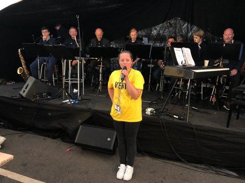 Mona Ø. Standal opnar konserten i teltet laurdag med Florø Storband.