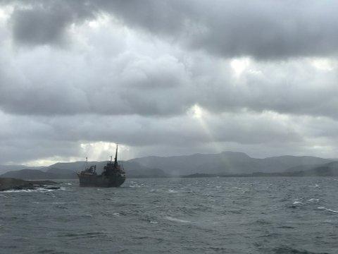 Slik ser havaristen ut torsdag morgon, då ekspressbåten til Bergen køyrde forbi.