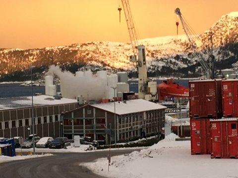 RØYK: Det kjem røyk/damp frå staden der kjemikalieblandinga har skjedd.