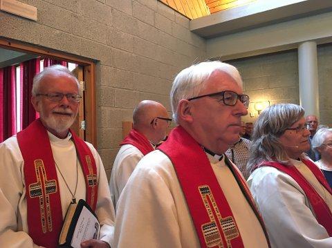 FÅR IKKJE FORNYA TILLIT: Sokneprest Tor Grindland (til høgre) har verken prost Rolf Schanke Eikum (til venstre) eller biskopen sin støtte lenger. Vikariatet til den svært populære soknepresten blir avslutta 31. januar i år. Bildet er frå 40-årsjubileumet i Berle kyrkje i 2017.
