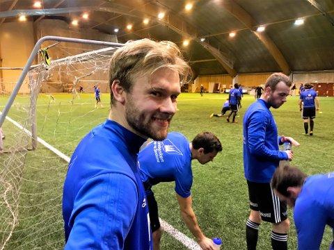 TETT PROGRAM: Klokka 22.30 var treningan med Florø ferdig her i Florø idrettssenter tysdag kveld. Allereie 10.00 ondags morgon stilte Halvor Solheim-Olsen på trening med Sogndal i Sognahallen.