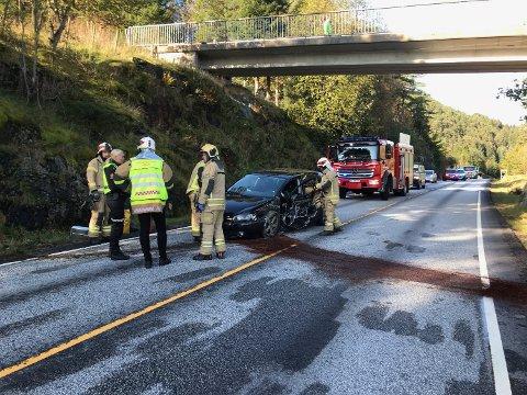 SKADER: Bilen har fått store skader, og motorolje ligg over store deler av vegen.