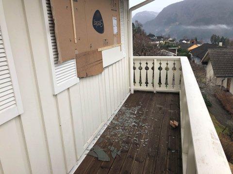 KNUST: Slik ser det ut etter at huseigar spikra papp til vindauget etter innbrotet i Hjortefaret. Politiet ber publikum om hjelp.
