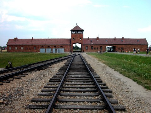 Auschwitz, Polen 20060721. Konsentrasjonsleiren Auschwitz fra 2. verdenskrig. Jernbanesporet som førte rett inn til gasskamrene i utryddelsesleiren Auschwitz-Birkenau. Dette er nå et polsk museum, som får besøk av mange turister fra hele verden hver dag. Foto: Berit Keilen / NTB scanpix