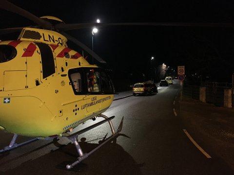 UTRYKKING: Både politi, ambulanse og luftambulansehelikopteret rykte ut  til ei adresse i fredag kveld. Her blei ei kvinne funnen død etter å ha blitt knivstukken.