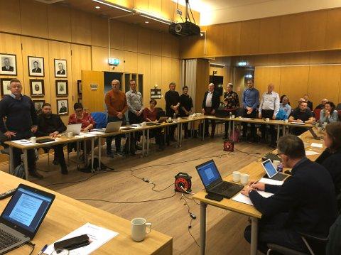 Kommunestyret stemmer over vindkraft på Bremangerlandet. Representantane som står stemmer for utbygging.  Det blei 10 mot 13.