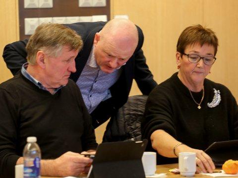 TEK OPPATT KLOKKARTUNET: Espen Gulliksen (i midten), her i samtale med Magne Kjerpeset og Henny Hansen i Sp-gruppa, seier han vil ha kutta til tilboda på Klokkartunet tilbake på politikarane sitt bord.
