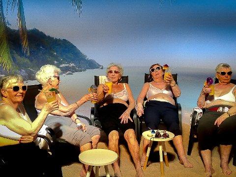 Flotte damer på stranda i Carolas Buaspa i Kalvåg.