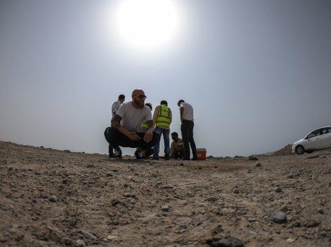 RAS AL-KHAIMAH: Lukas Havn inspiserer tomta der det lukka oppdrettsanlegget etter planen skal ligge.