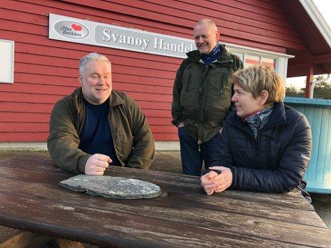 Eiliv Erdal møter fiskeoppdrettarane Elin Tveit Sveen og Trond Sveen i utløpet av Førdefjorden.