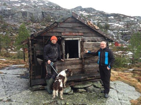 DEN NYE DAGSTURHYTTA: Leiar Per Øyvind Sørbø i Eikefjord IL og Hilmar Eliasson i Flora Venstre ønsker begge at idrettslaget får dette forfalne selet på Eikefjordstølen, for å sette det i stand og opne det for alle.