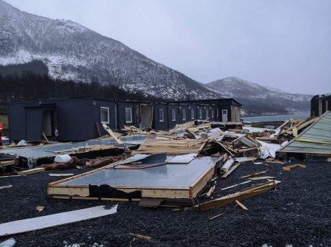 KNUST: Halve brakkeriggen som tilsette i Fokus Elektro i Florø har budd i i eit år vart laurdag for nokre veker sidan knust under ein storm.