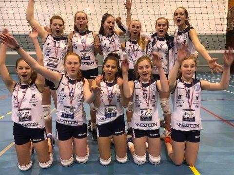 TRENINGSVILLIGE: Florø sine U15-jenter i volleyball skal til Stokke for å spele NM