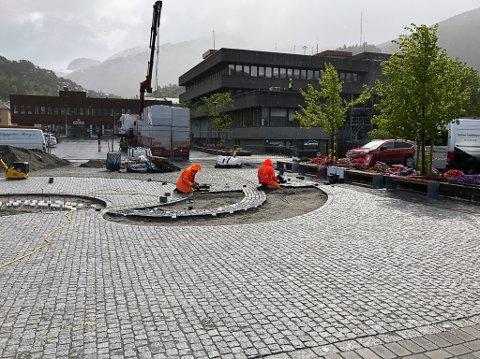Oppussinga av torget i Svelgen går framover mot 17.mai.