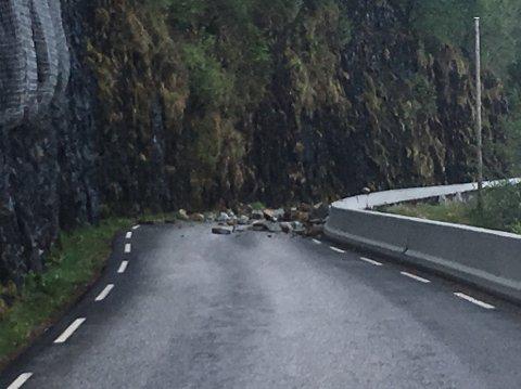 RAS: Torsdag føremiddag raste steinar ut i fylkesveg 616 mellom Davik og Dombestein.