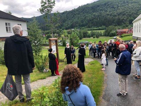 Kultursjef Grete Berntzen avduka ei ny informasjonstavle om Claus Frimann. Gloppen-prest Oaf Sigurd Gundersen spelte rolle som sildeprest Claus Frimann.
