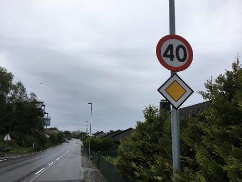 MISSER LAPPEN: Den unge mannen køyrde i 120 kilometer i timen i 40 sona på Havrenesvegen. No har han mista førarretten for resten av livet.